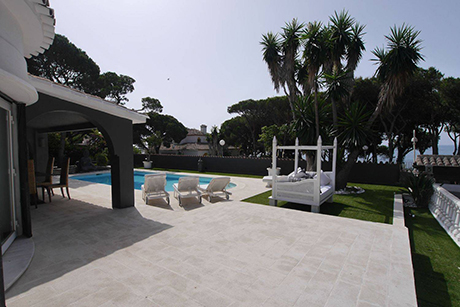 image of terrace detached beachside villa in Cabopino