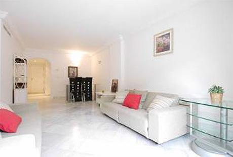 Ground Floor Apartment for sale Saint Andrews | Cabopino Marbella living room